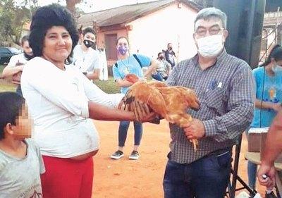 Crónica / DONACIÓN DE AMOR. Dio su gallina para los enfermos de covid-19