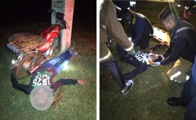 Motociclista queda malherido tras embestir contra columna