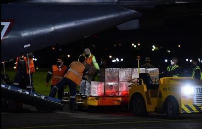 Arribó al país el lote de 150 mil dosis de la AstraZeneca por gentileza de México