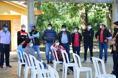 Abuchean a hijos y seguidores de Miguel Cuevas por politizar entrega de Tekoporã