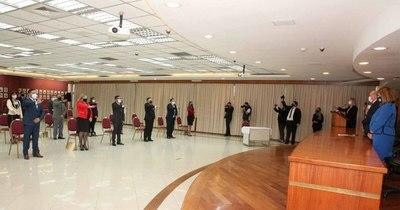 La Nación / Ministros tomaron juramento a defensores públicos, jueces y fiscales