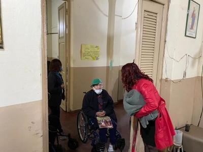 Mujeres privadas de libertad regalan frazadas y una obra teatral a los ancianos