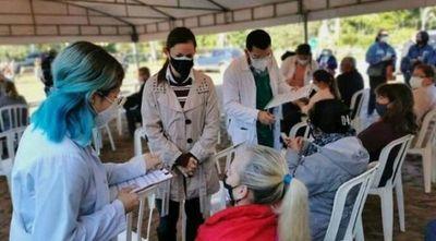 Habilitan a 500 estudiantes de medicina a colaborar en vacunación