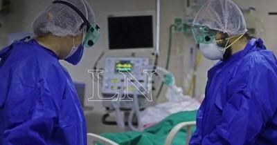 La Nación / COVID-19: del total de fallecidos por día, el 30% muere por falta de UTI