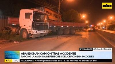 Conductor abandona camión luego de chocar y bloquear avenida