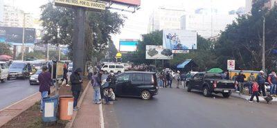 Paseros bloquean acceso por el Puente de la Amistad