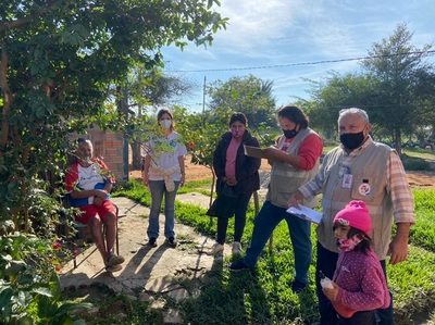 Recorren territorios sociales para ayudar a personas habilitadas a recibir la anticovid