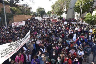 Reclaman víveres a Itaipú, en multitudinaria manifestación sobre la calle España