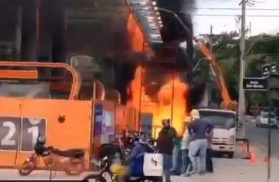 Controlan incendio en surtidor en construcción