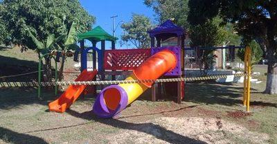 Instalan nuevo parque infantil en barrio María Auxiliadora de Franco
