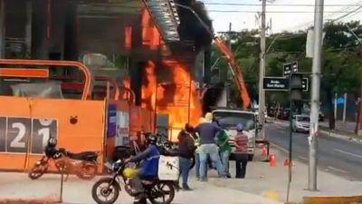Bomberos controlan incendio en una estación de servicios en Asunción