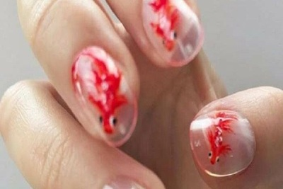 ¡Se pasó! Diseñador de uñas usa peces reales en sus acabados y estallan las críticas