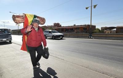 Un boliviano atraviesa el país a pie para pedir la devolución de sus aportes