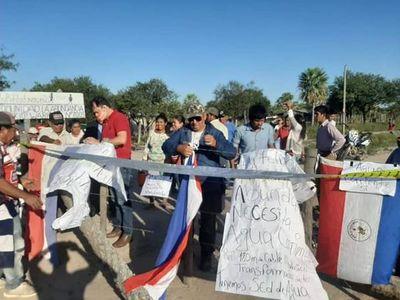Tras dos días de protesta, pobladores Yshir despejan cierre de camino en Fuerte Olimpo