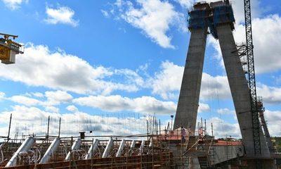 Instalan tubos de montaje para cabos de atirantamiento del Puente de la Integración