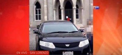Así le roban el auto a una mujer que llegaba a su casa