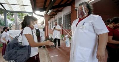 La Nación / Unos 15 mil docentes ya se vacunaron y el MEC espera volver a las aulas