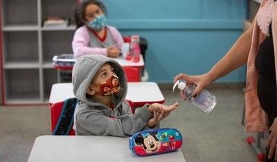Brunetti afirma que cerca de 15.000 docentes ya fueron inmunizados