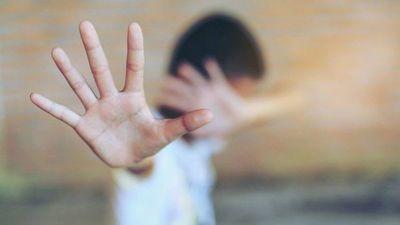 Detienen a papá y madrastra por abusar de su hijo desde los 8 años