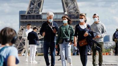 Francia pone fin al uso obligatorio de mascarillas al aire libre y levantará toque de queda