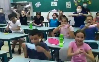 Niños reaccionan emocionados al enterarse que ya no usarán tapabocas en Israel