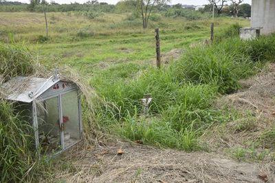 Nenecho inauguró la muralla de un cementerio, pero solo la construyó en frente