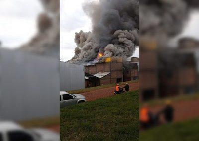 Bomberos controlan incendio en secadero de yerba en Hohenau