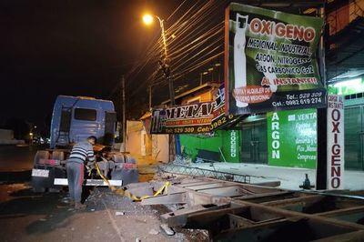 """Accidente """"con suerte"""" destruye parte de cartelería de comercio en Fernando de la Mora"""