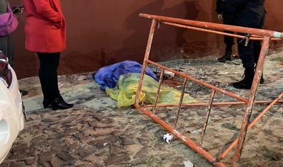 Pintor muere tras caer de un andamio y su compañero se encuentra herido