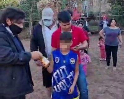 """Denuncian a """"Kelembu"""" por entregar caña a un niño durante su campaña proselitista – Diario TNPRESS"""
