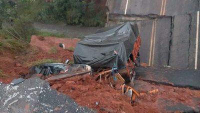 Dos fallecidos y una desaparecida tras derrumbe de puente en Tacuatí