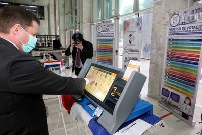 Juez electoral no cree que haya inducción al voto durante prácticas con las máquinas de sufragar