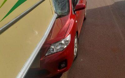 Vehículo choca por la parte trasera de bus