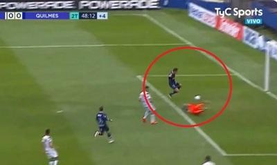 """Blooper y un """"casi gol"""" en jugada del fútbol argentino"""