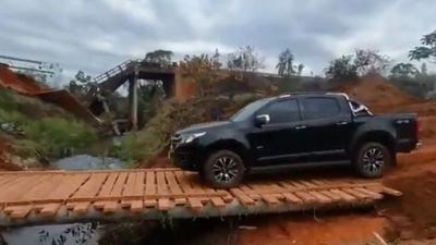 Construyen puente de troncos y madera en lugar del derrumbado