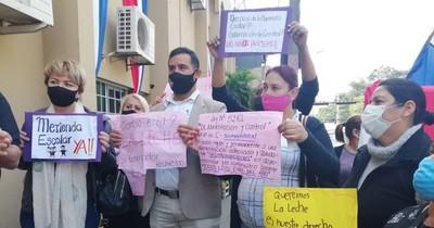 La Nación / Candidatos a concejales cercanos a Guido González, se repartieron kits de alimentos en Lambaré