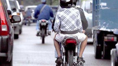 Giuzzio plantea que se prohíba andar entre dos en moto