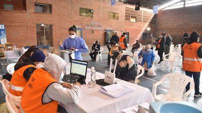 Dádivas salvan al país del virus y acá niegan vacunas a extranjeros