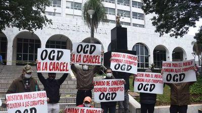 Grupo de luqueños piden condena para OGD y su hijo en tribunales