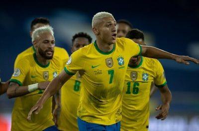 Brasil golea y lidera su grupo