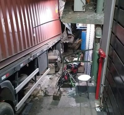 Camión perdió los frenos y destruyó motocicletas en pleno microcentro