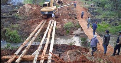 Productores construyen puente ante inacción del MOPC
