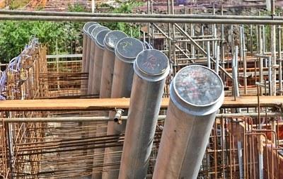 Puente de la Integración: instalan tubos de montaje para los tensores de atirantamiento
