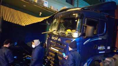 Camión sin CONDUCTOR quedo SIN FRENO arrastró motos y choco contra negocios