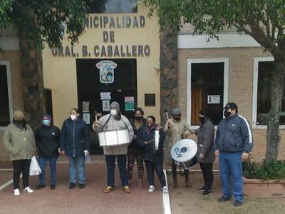 Padres exigen entrega de kits de almuerzo escolar en Caballero