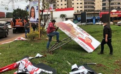 Comuna esteña retira carteles políticos de las principales avenidas