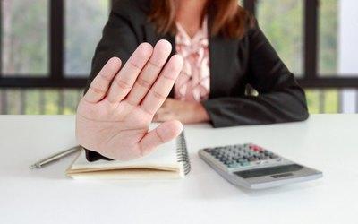 Crónica / Banco le negó préstamo a una persona ciega ¡por no poder firmar!