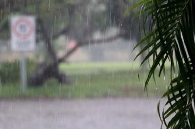 Día frío y con lluvias en víspera de las internas