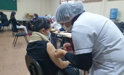 Lluvia no impide buena concurrencia de gestantes en vacunatorio de CDE