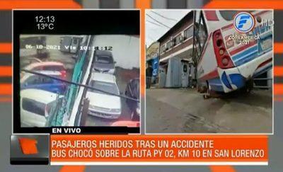 Camioneta del MOPC embiste a bus en San Lorenzo